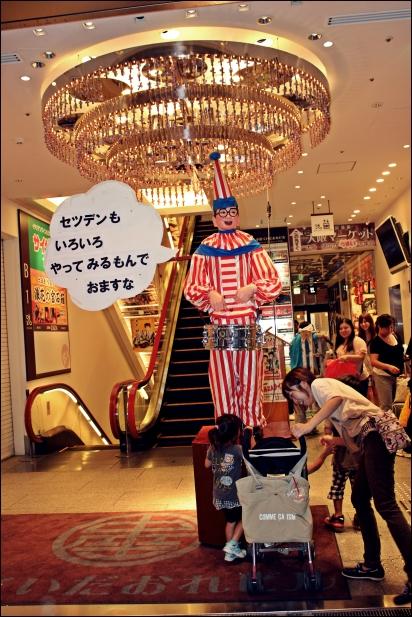 En Kuidaore Taro a la porta de la seva botiga