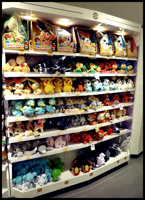 Estanterías repletas de los personajes Pokémon en el Pokémon Center Osaka