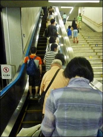 Colocación de los usuarios a la derecha de la escalera (exceptuando a algún despistado, seguramente de fuera)