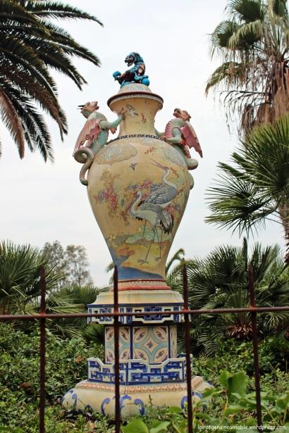 Jarrón decorado con motivos de flora y fauna orientales procedente de Vichy (Francia)