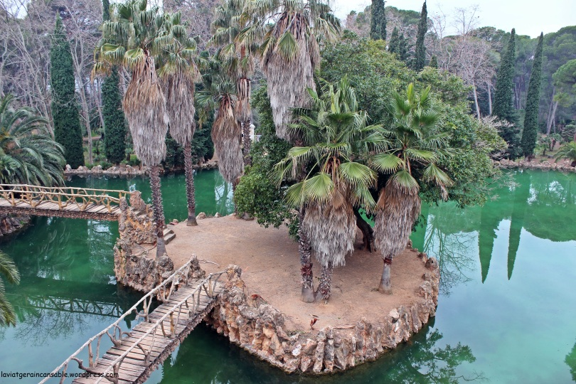 La isla vecina contiene el árbol más exótico del parque (de origen mexicano) cuyas raíces crecen y viven en el agua