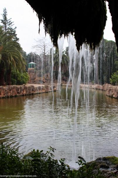 Vista del canal desde el interior de la cascada