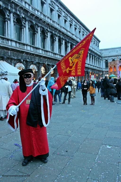 Portando la bandera de Venecia, con el León de San Marcos, símbolo de la ciudad