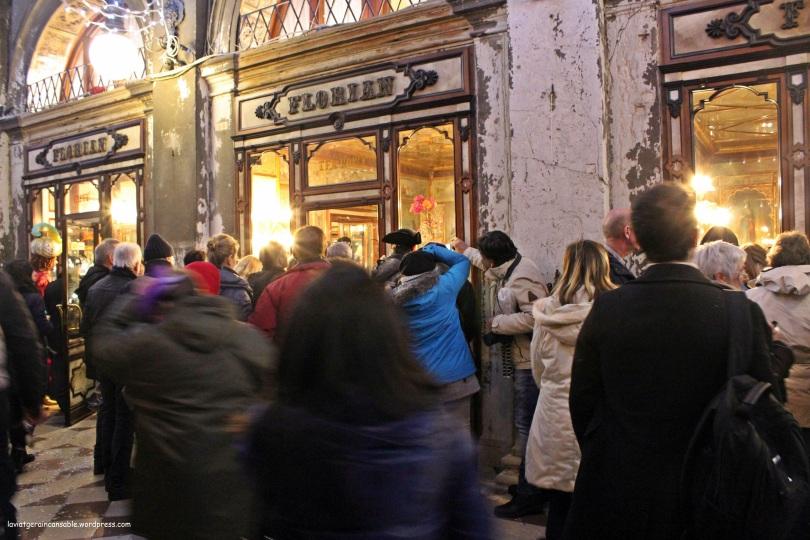 Todo el público agolpado frente a las ventanas del Florian para observar las escenas del interior