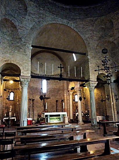 Los restos de la santa se exhiben en una urna debajo del altar