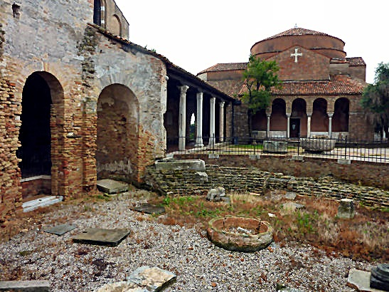 El edificio circular en ruinas de enfrente corresponde a lo que fue el baptisterio del edificio original del siglo VII