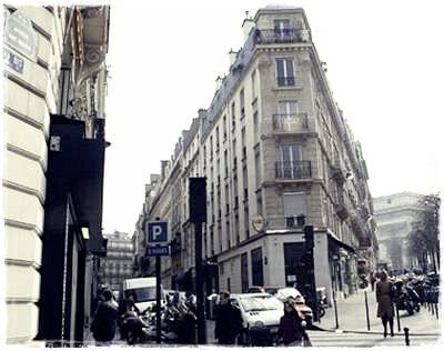 Edith Piaf a été repérée alors qu'elle chantait dans la rue avec son amie Simone Berteaut