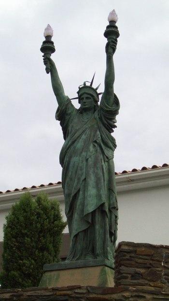 800px-Estatua_de_la_libertad_en_Cadaqués_-_de_cerca_-_panoramio_INDALOMANIA