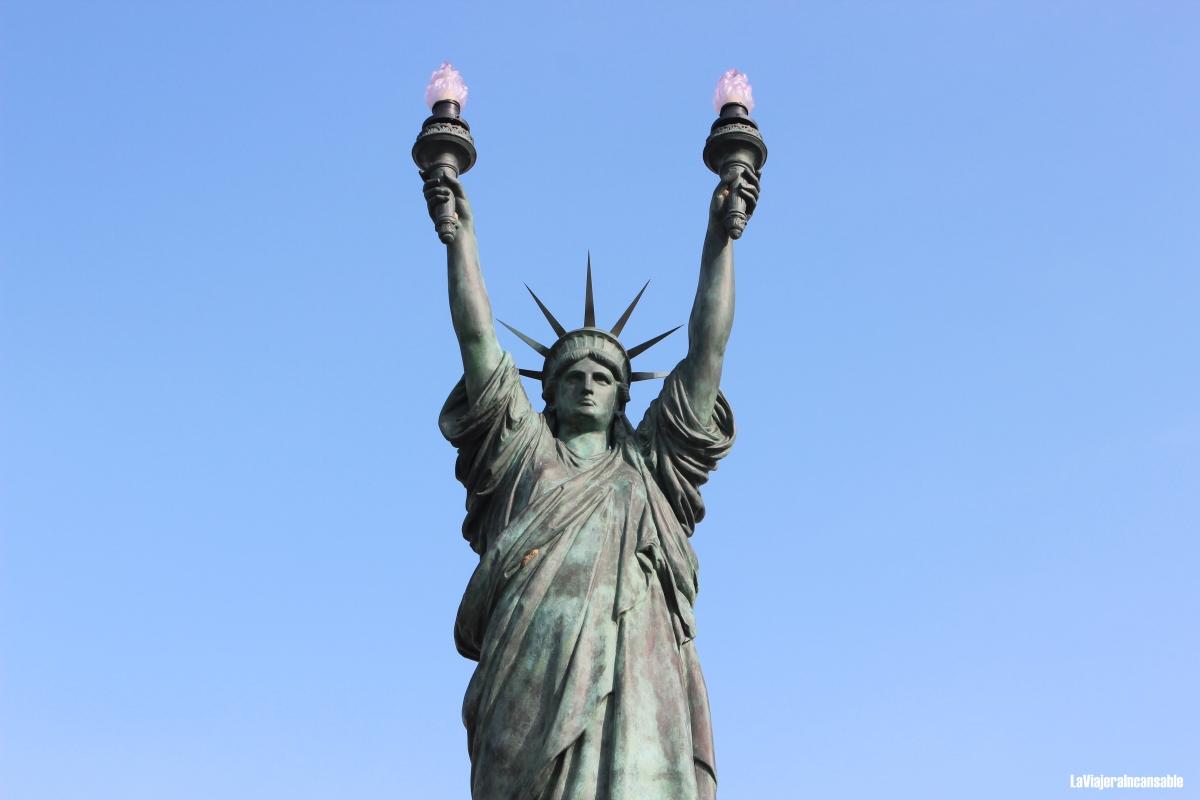 """Tocada por la tramontana y el surrealismo (serie """"Las damas de la libertad: las estatuas de Miss Liberty alrededor del mundo"""")"""