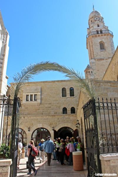 La entrada está adornada con palmas, celebrando la época del año