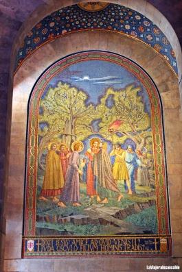 Mosaico que escenifica el beso de Judas a Jesús en el ábside lateral izquierdo | La enseña de Irlanda, que sufragó los gastos de la obra, figura en la parte inferior derecha