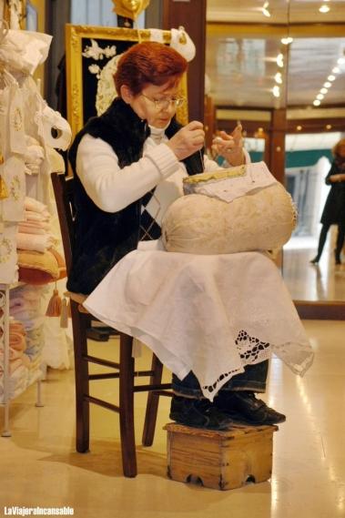 Una de las merlettaie que trabajan en las mejores tiendas de encaje de Burano